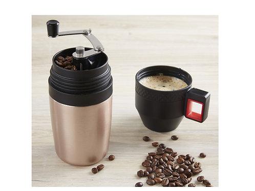 Kaffeemühle mit gefülltem Deckel als Tasse sowie losen Kaffeebohnen