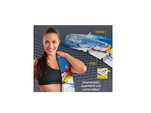 Sporthandtuch aus Microfaser auf Schulter von Frau
