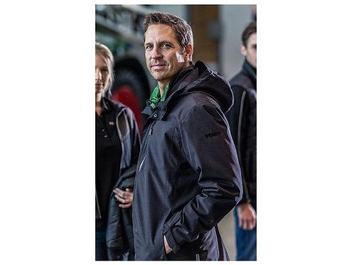 Mann mit schwarzer Schöffel Jacke