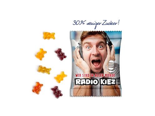 Gummibärchentüte mit Aufschrift zuckerreduziert und Werbung Radio Kiez