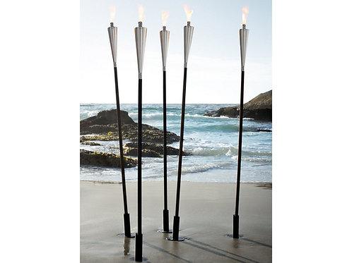 fünf brennende Blomus Fackeln am Strand