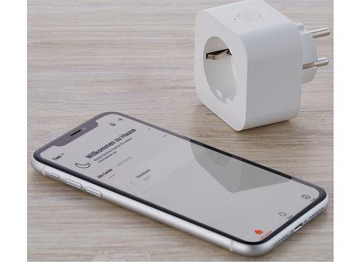 Steckdose mit Fernsteuerung neben Handy