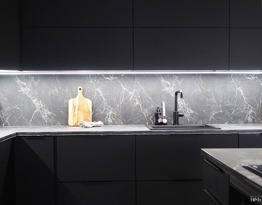 musta keittiö marmorikuvioinen välitila