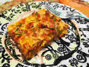 lihapiirakkapala lautasella