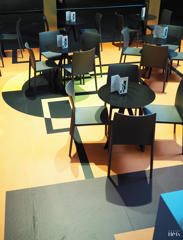 Le Chat Doré -kahvilan geometrinen lattiamaalaus