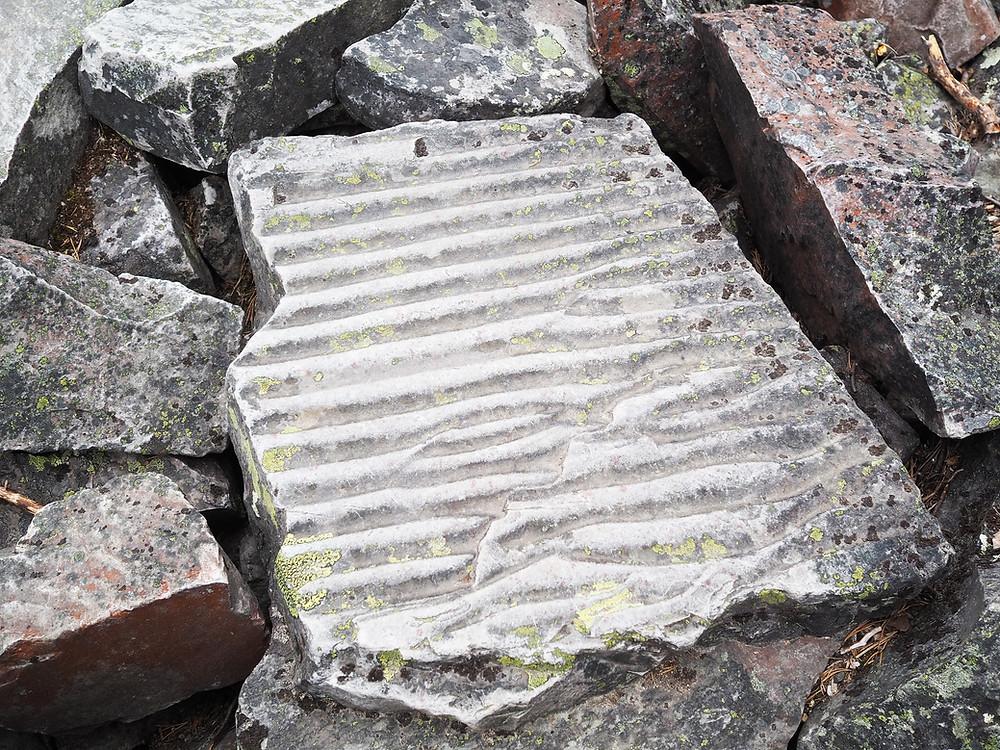 Isokuru aaltokuvio kivessä