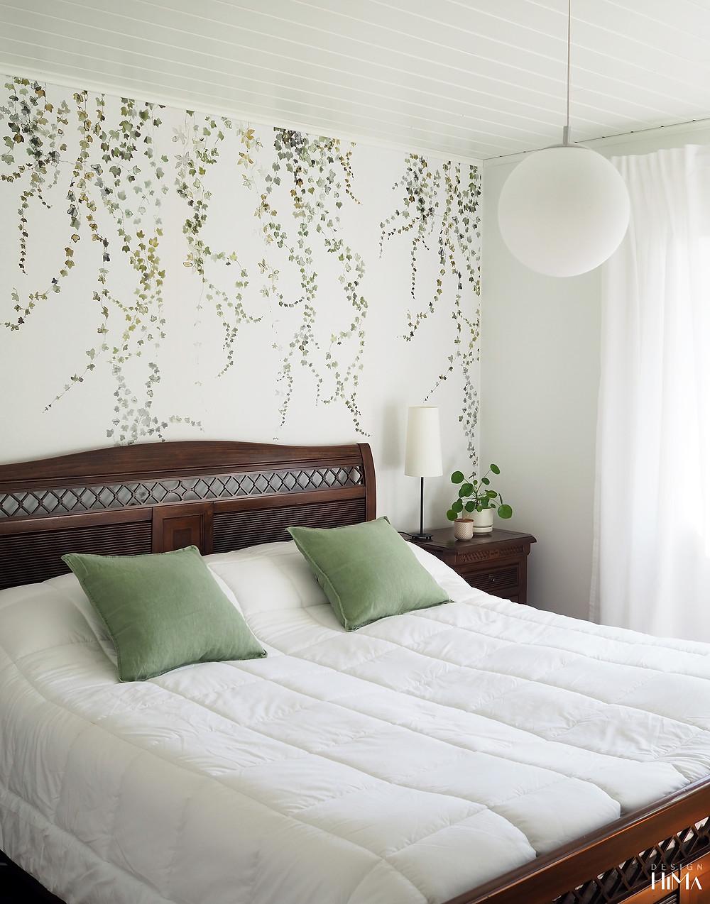 Sandberg Aralia tapettipaneeli makuuhuoneessa