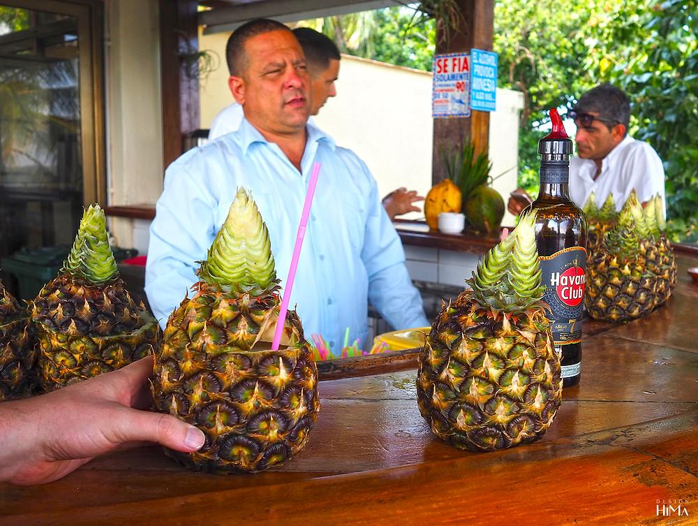 Pina coladat taukopaikalla Kuubassa