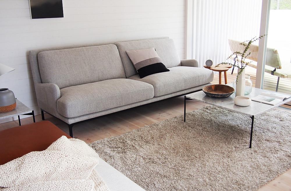 vaaleanharmaa sohva