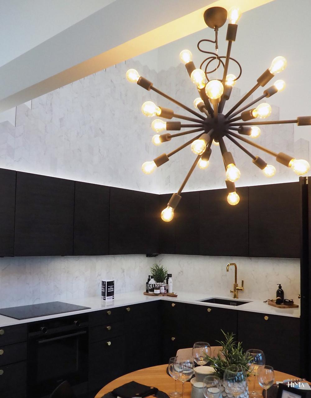 Terratinta-talo musta keittiö