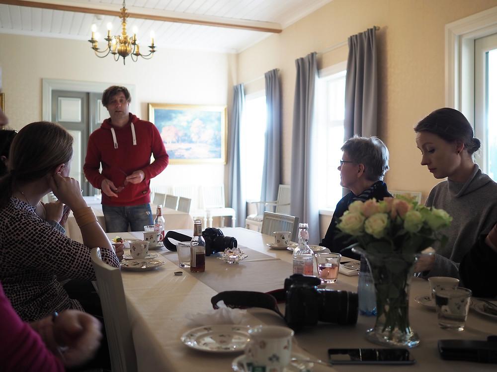 Marjoniementila Mikan Saarinen esittelee tilaa