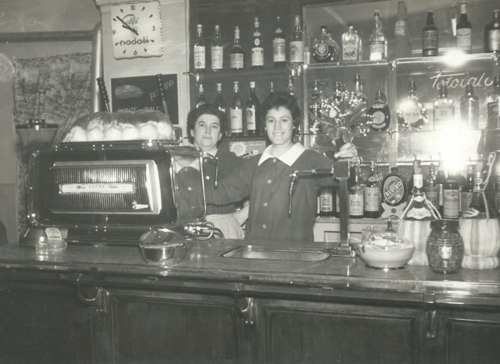 Osteria Caffè Monte Baldo, primi anni 60, sorrisi al banco.