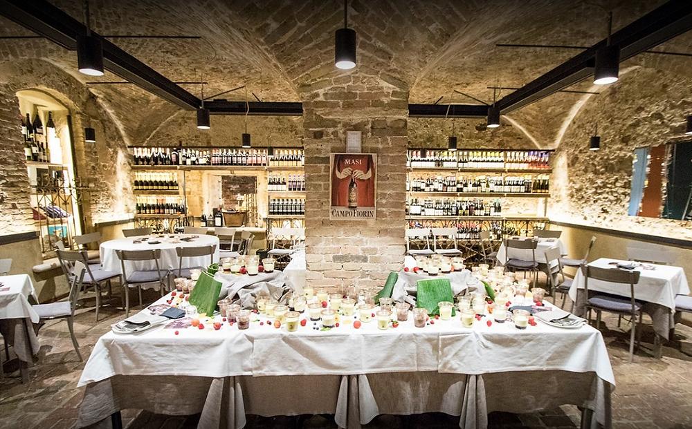L'enoteca alla sala inferiore del Ristorante La Piazzetta di Verona