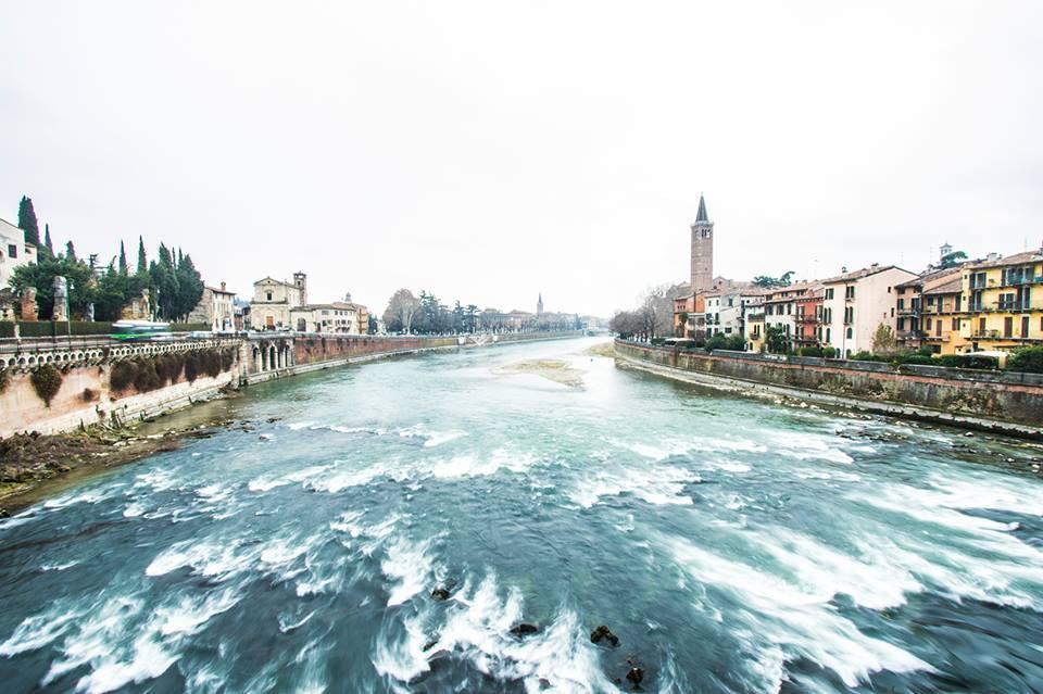 Il fiume Adige scorre a Ponte Pietra Verona.