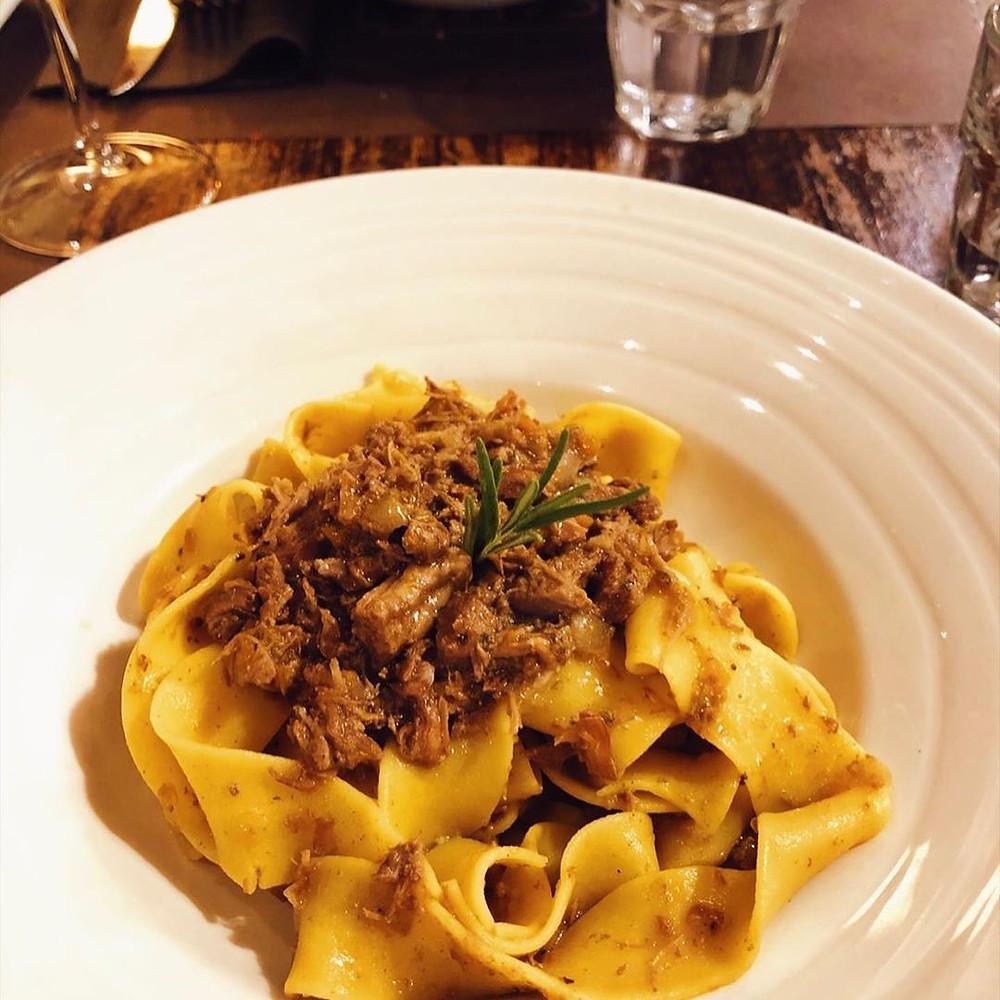 Pappardella ist eine große und dicke frische Eiernudel, perfekt für Fleischsauce. In der Taverne Caffè Monte Baldo servieren wir es nach dem veronesischen Rezept mit Entensauce