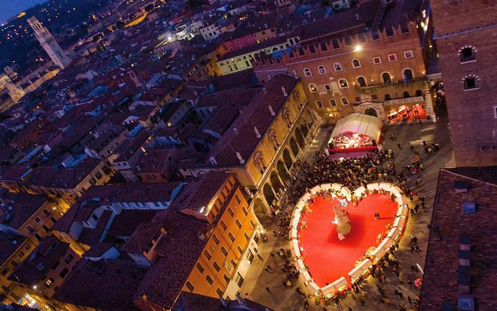 """iL grande cuore di """"Verona in Love"""", fotografato dalla Torre dei Lamberti sopra Piazza dei Signori.  La nostra osteria dista poche decine di metri. Tutti i diritti dei proprietari dell'immagine."""