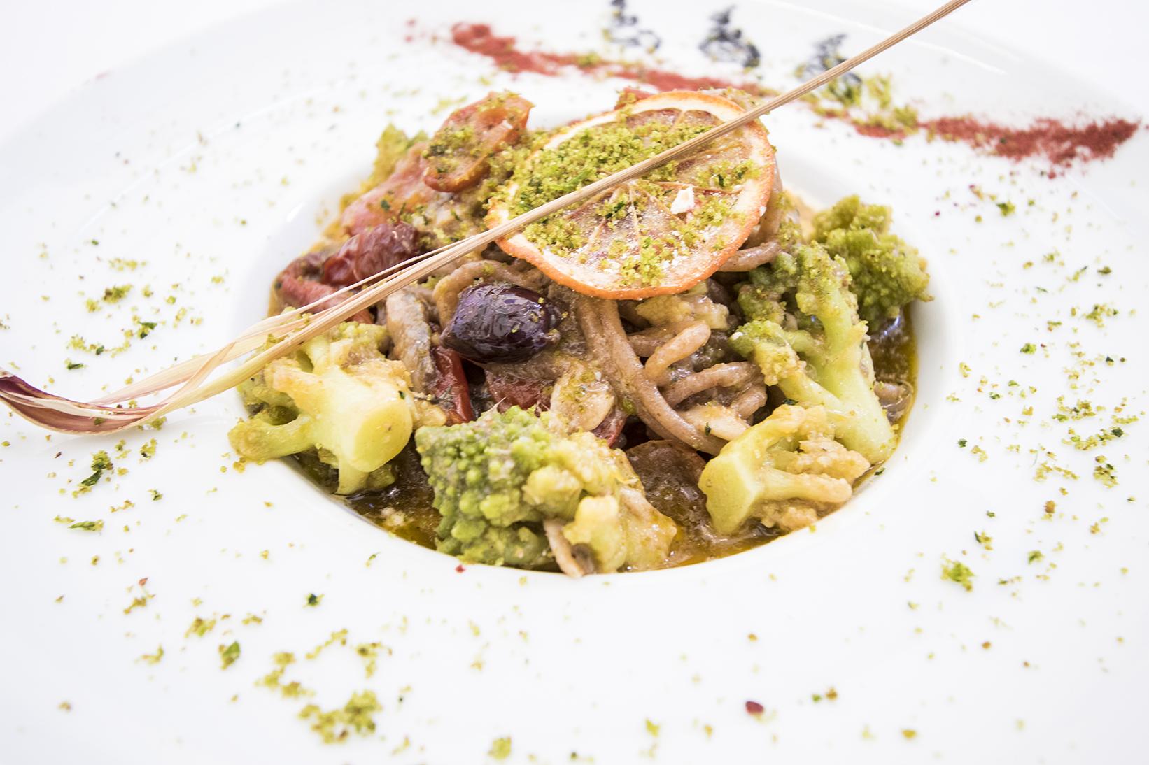 I nostri spaghettini integrali con cavolfiore romano, olive, crumble di pane verde e colatura i burr