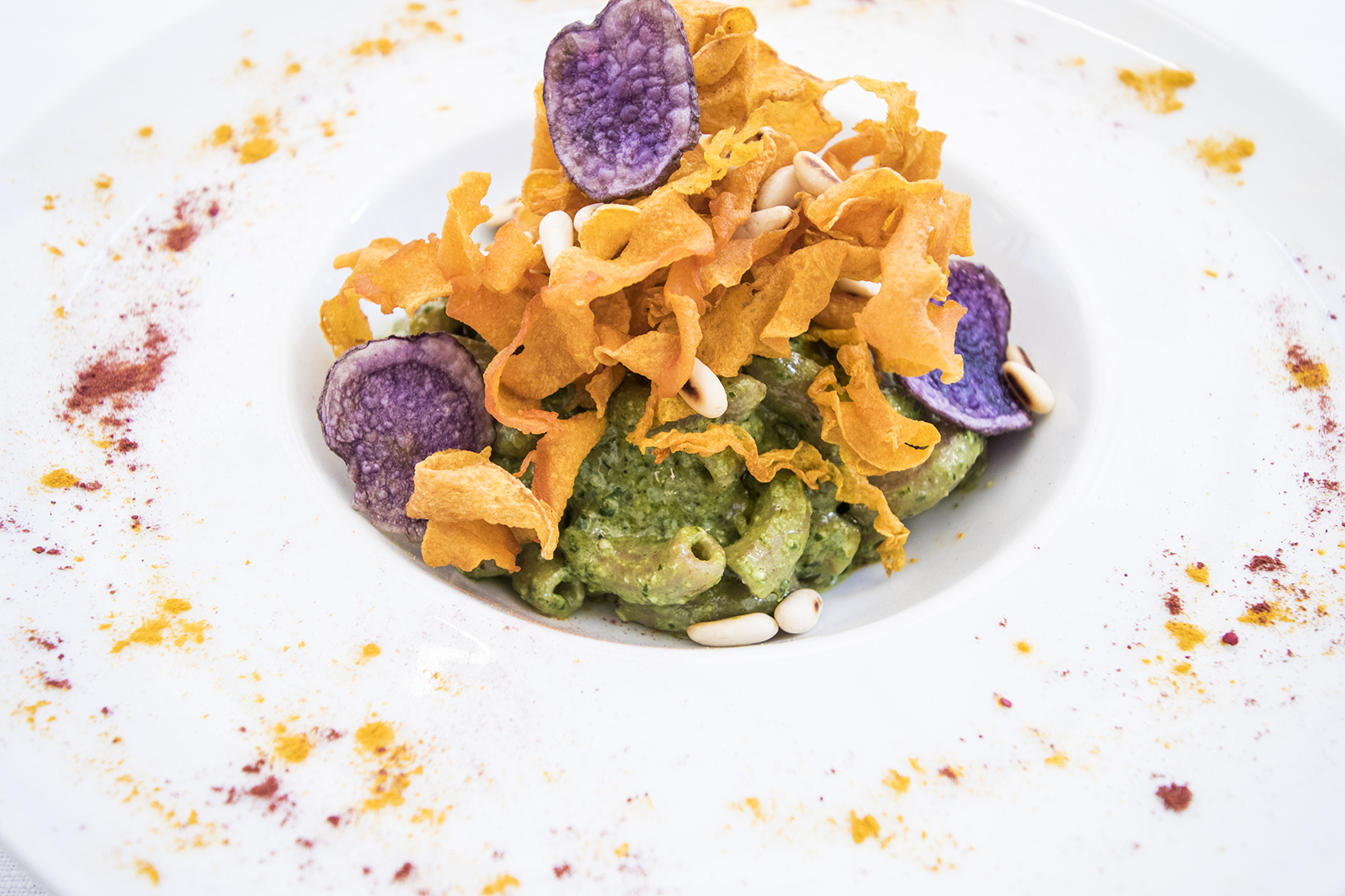 Maccheroncini con pesto, lievito, chips di patata viola