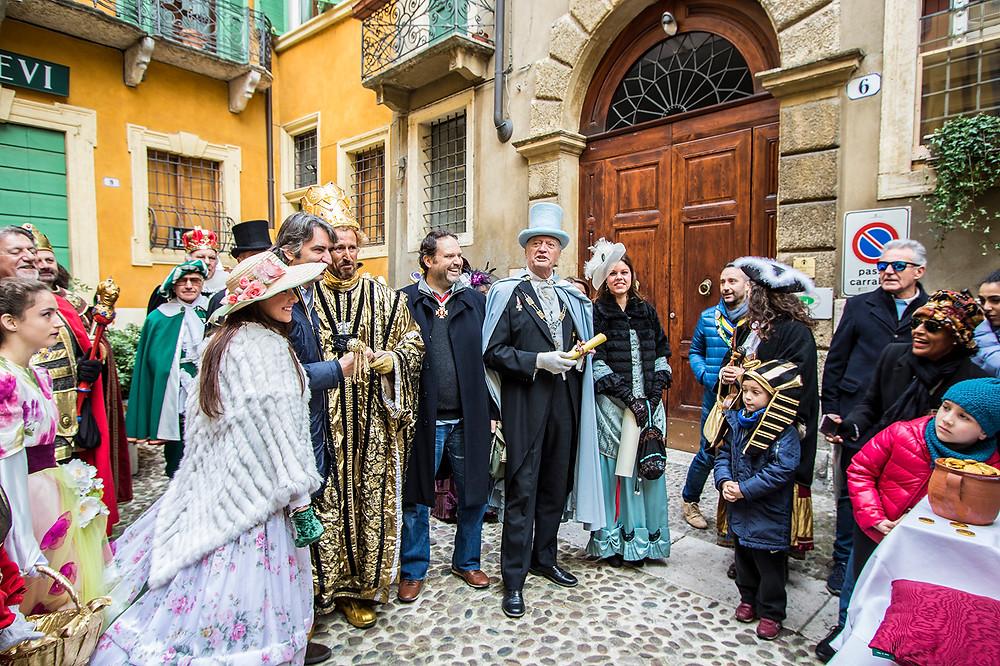 Duca della Pignatta, Dio dell'oro e il Sindaco di Verona si trovano nella corte proprio di fronte al nostro Ristorante.