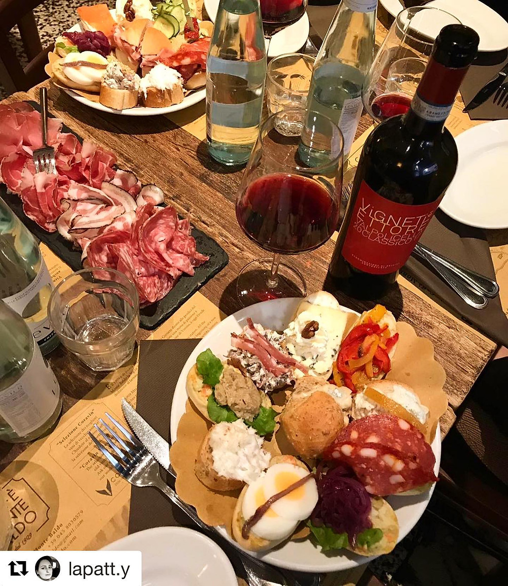 An aperitif at Osteria caffè Monte Baldo. Tartine, salami and a good bottle of red local Valpolicella wine. Thanks @lapatt.y