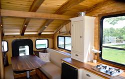 interior_stern_couches_kitchenette