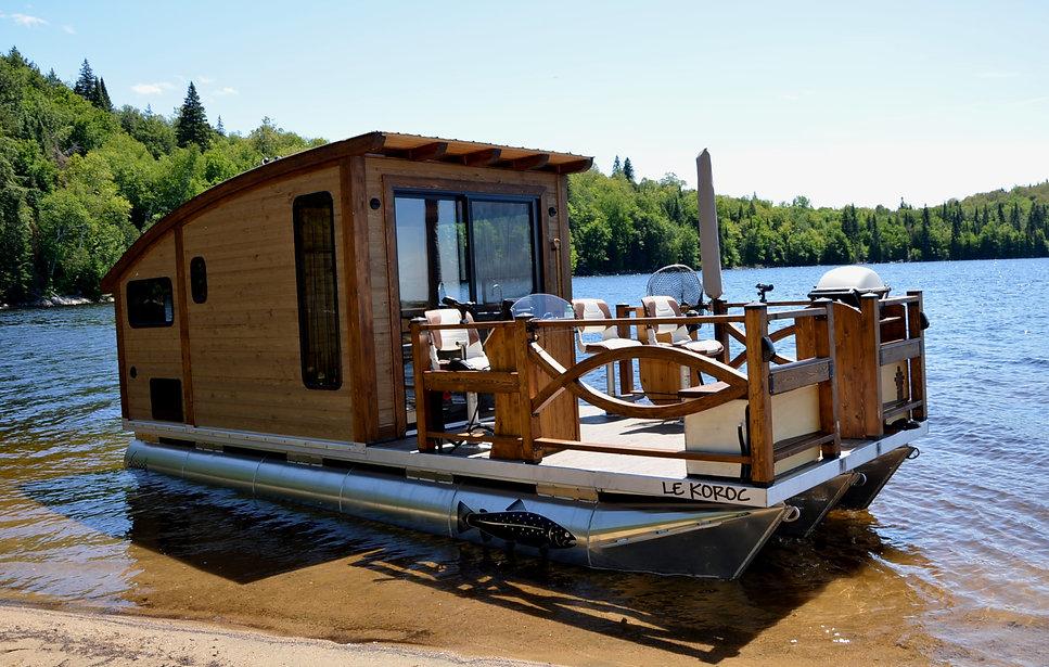 exterior_houseboat_sunny_beach.jpg