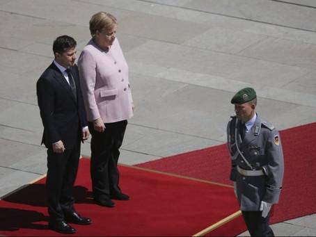 Zelenskinin yanında Merkel titrəməyə başladı