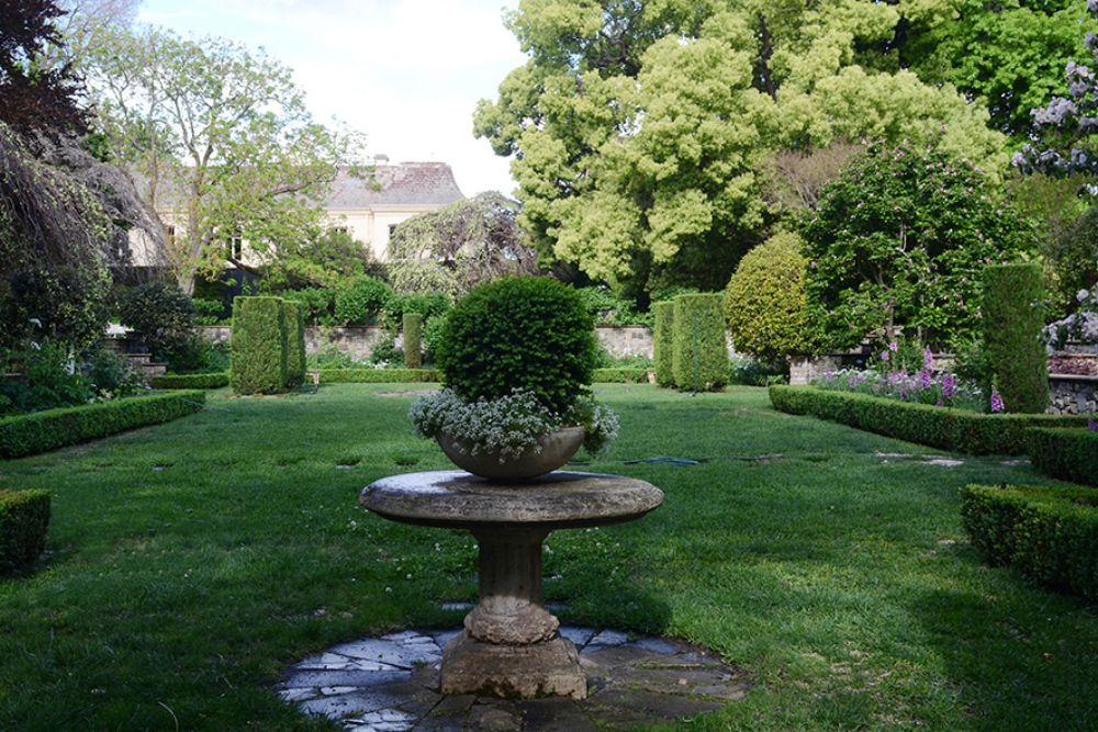 Cranlana_Pedestal and hedged lawn