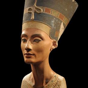 """Il Busto di Nefertiti. La """"bella"""" del faraone Akhenaton"""