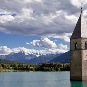 Il Lago di Resia e il campanile sommerso. La storia di Curon, protagonista di una serie Netflix