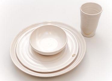 Tallrikar, skålar och ett glas