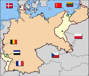 Pérdidas territoriales de Alemania tras el Tratado de Versalles. En amarillo los territorios anexionados por otros Estados. En verde y al norte la Ciudad Libre de Danzig, bajo administración polaca, y en verde y al oeste la región del Sarre, temporalmente bajo administración francesa.