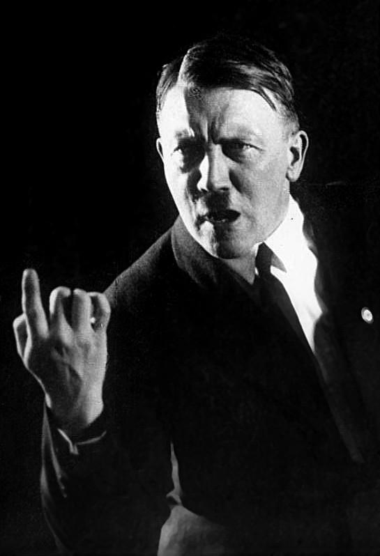 Hoffmann, Heinrich: postal de propaganda con Adolf Hitler en una de sus típicas poses como orador, 1927, fotografía, Bundesarchiv.