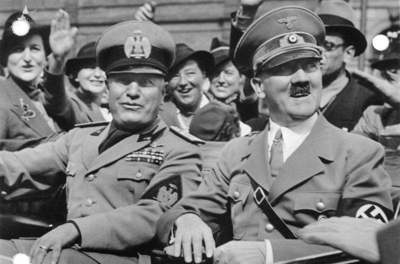 Benito Mussolini junto con Adolf Hitler a su llegada Múnich para una conferencia internacional, 1938, fotografía, Bundesarchiv.