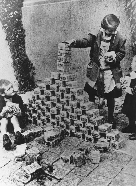 Niños alemanes jugando con billetes que, debido a la devaluación, ya no valían prácticamente nada, ca. 1923, fotografía, Bundesarchiv.