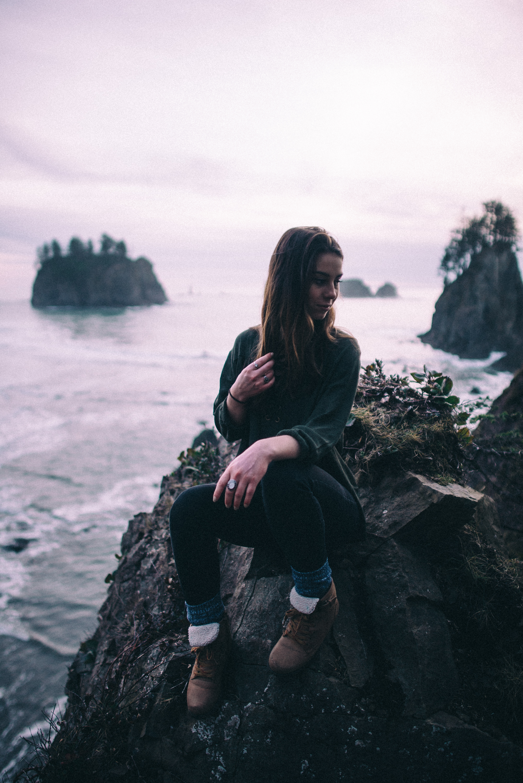 model-outdoor-portrait-washington-coast-waves-sunset-commercial-fashion