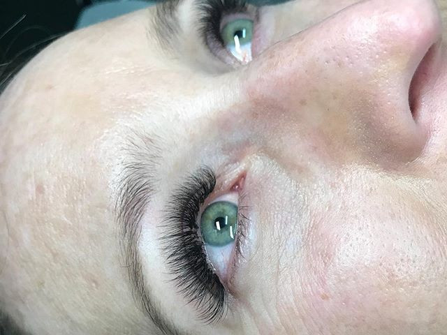 D curl hybrids to compliment our clients dreamy green eyes - we love how much these have darkened the lash line ! These are a mixture of cla