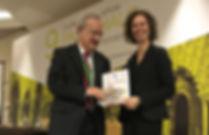 El Dr. Wolfgang Feist hace entrega a la arquitecta Miren Rivas del prime certificado Passivhaus en España (y cuarto del mundo) dado a la reforma de un piso