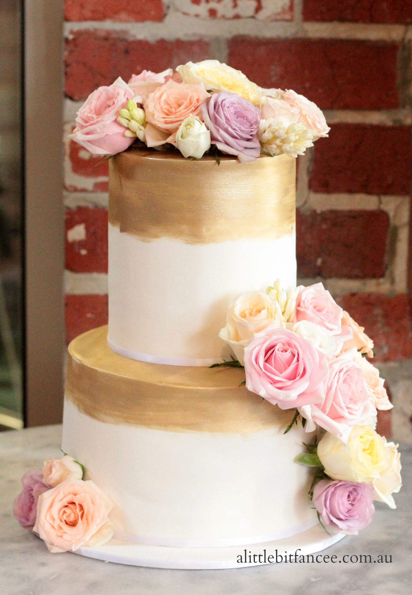 Fresh roses and fondant wedding cake