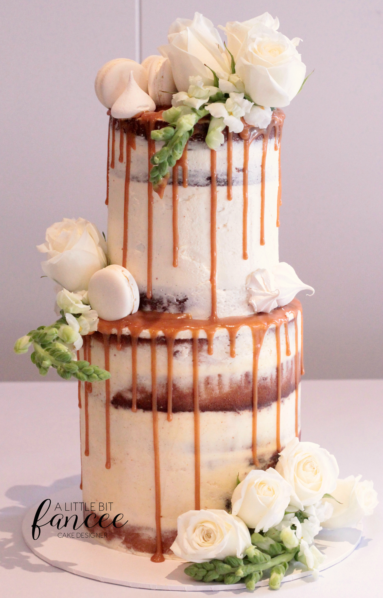 Naked cake, macarons and meringues