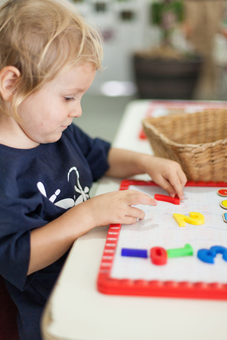 Kid playing number puzzle - Dragonfly's Early Learning