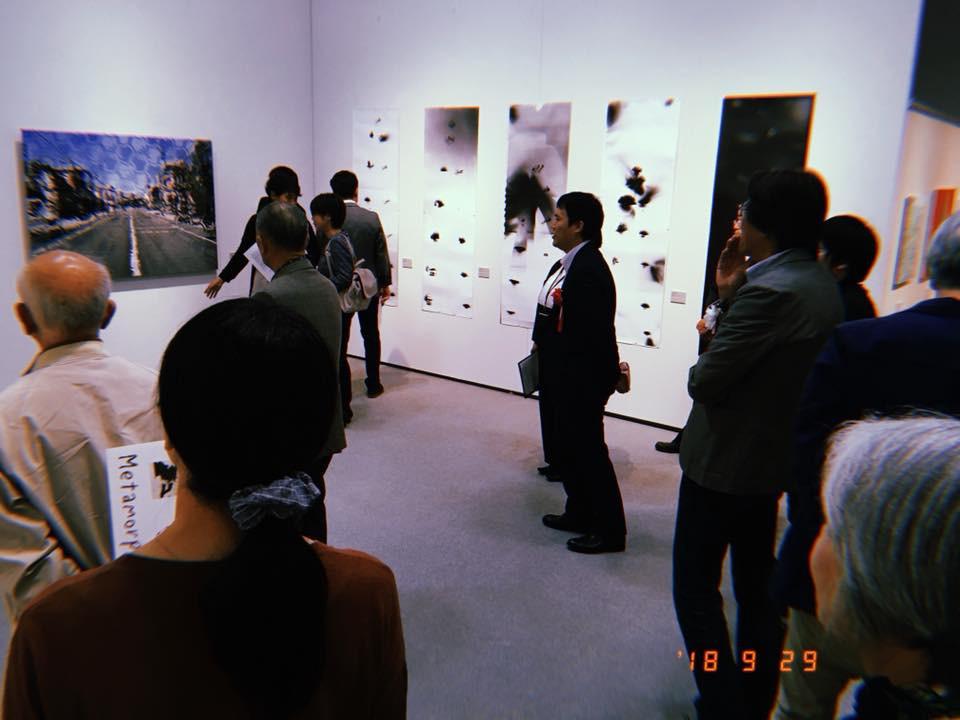 画像中央のスーツの男性が鈴木さん