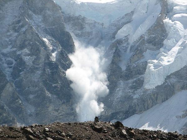 800px-Avalanche_on_Everest.jpg