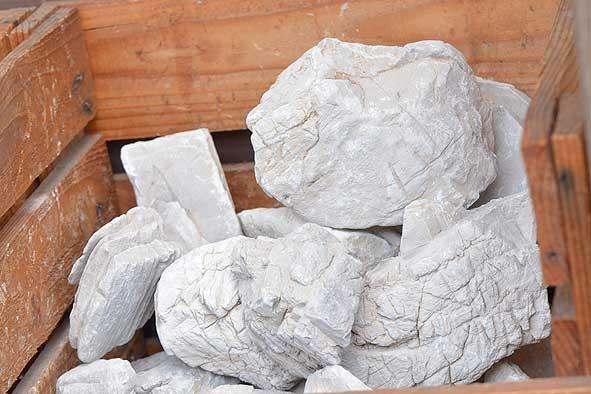 レイアウト素材(石・流木)入荷‼