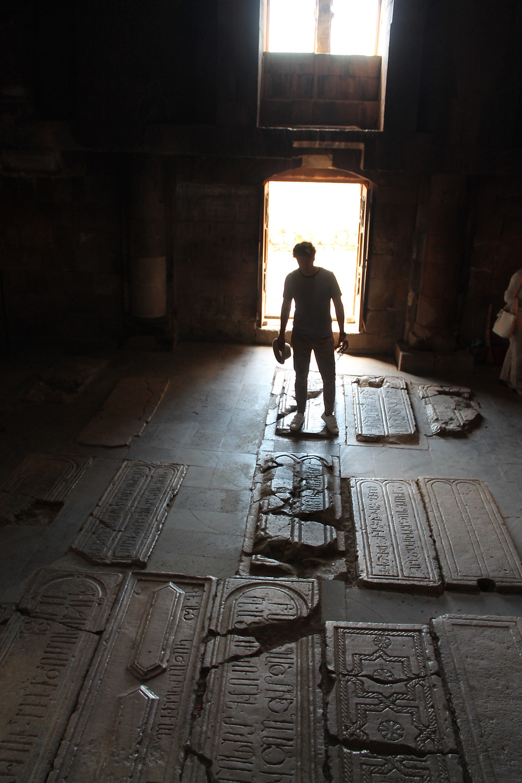 Miguel Biedma en un templo armenio