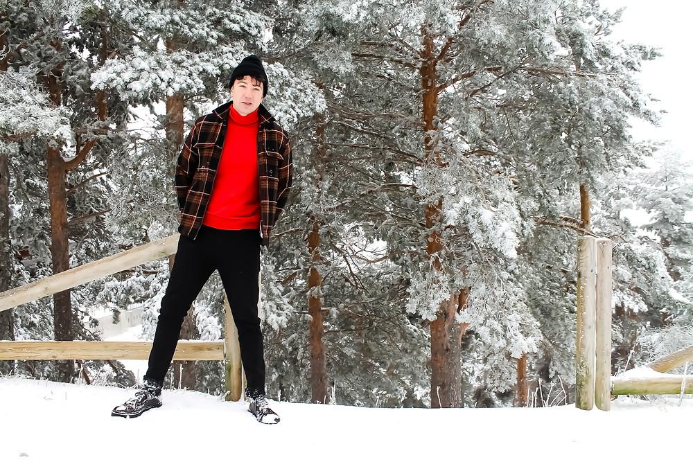 The trendy Man en la nieve