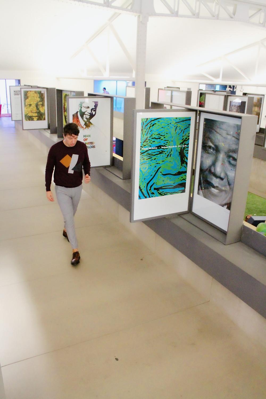The Trendy Man viendo los 95 posters de Nelson Mandela