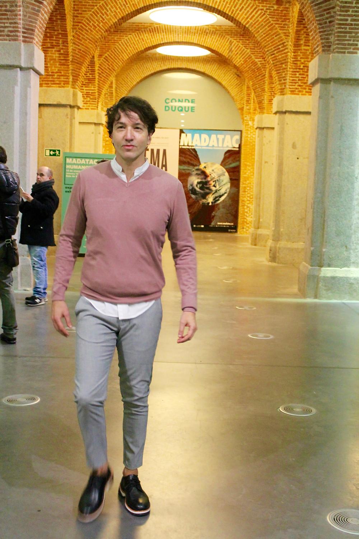 The trendy man vistiendo por COS