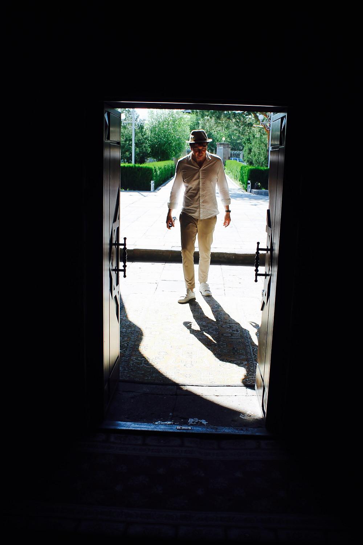 the trendy man entrando en una iglesia en Armenia