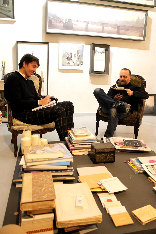 The Trendy Man y Charles Villeneuve charlando en el taller del pintor